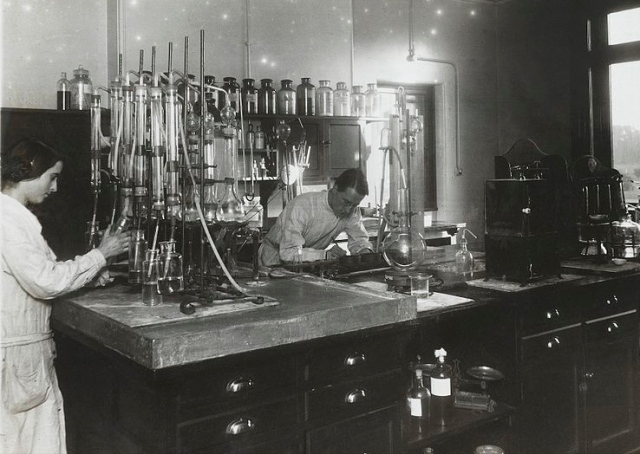 Chemical research lab, Beckenham. Two chemists at work, surrounded by equipment and apparatus. Archives & Manuscripts, This file comes from Wellcome Images, license CC BY 4.0